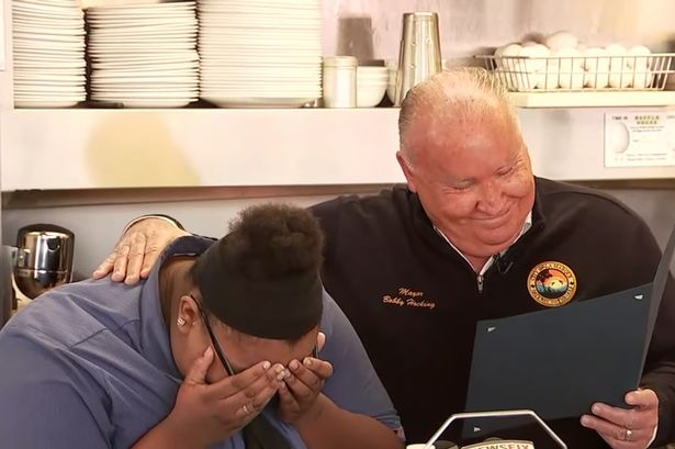 Waitress Helps Elderly Man Cut Meal and it Ends with a Surprising Ending